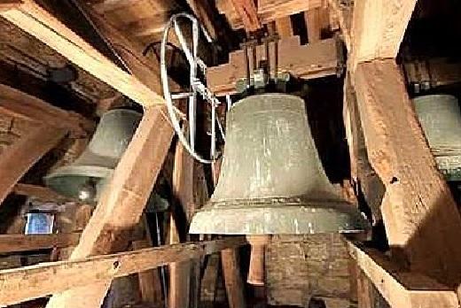Glocken ertonen lassen